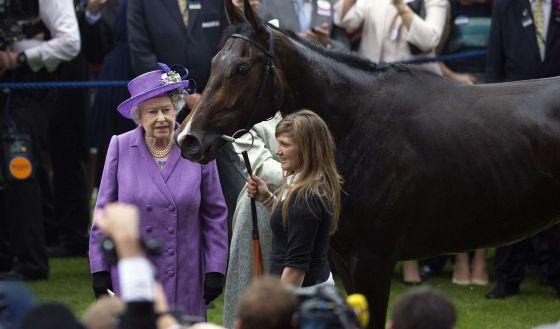 A rainha Elizabeth com 'Estimate', vencedora do Gold Cup em 2013.