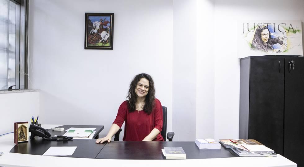 A deputada Janaina Paschoal em seu gabinete na Alesp.