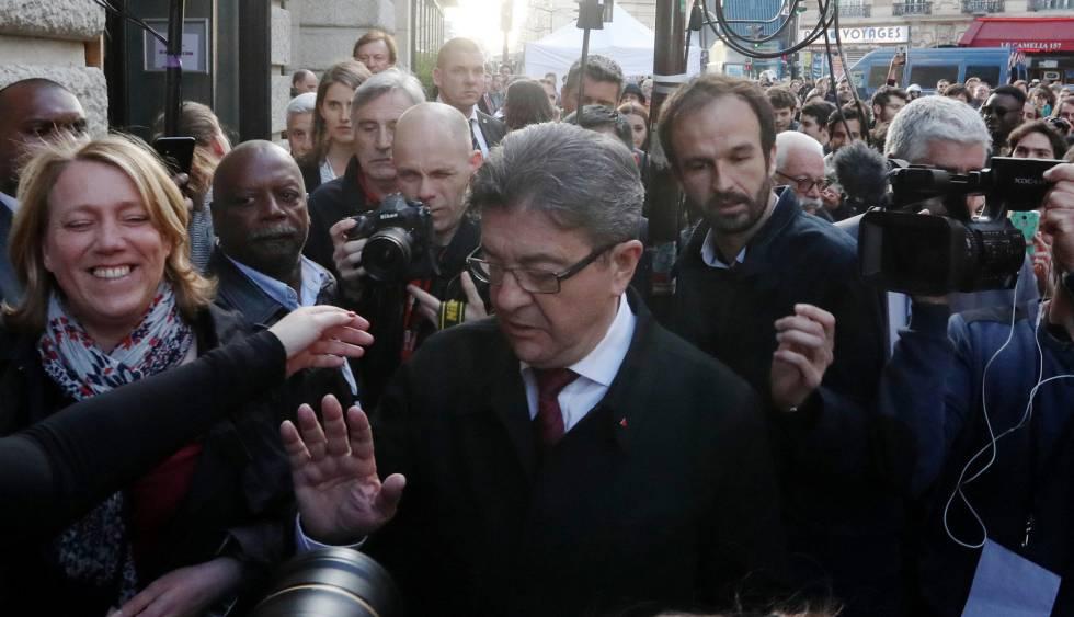 O candidato da França Insumisa, Jean Luc Melenchon, neste domingo em Paris rodeado pela imprensa.