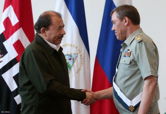Ortega cumprimenta o chefe do Estado-Maior russo, general Gerasimov.