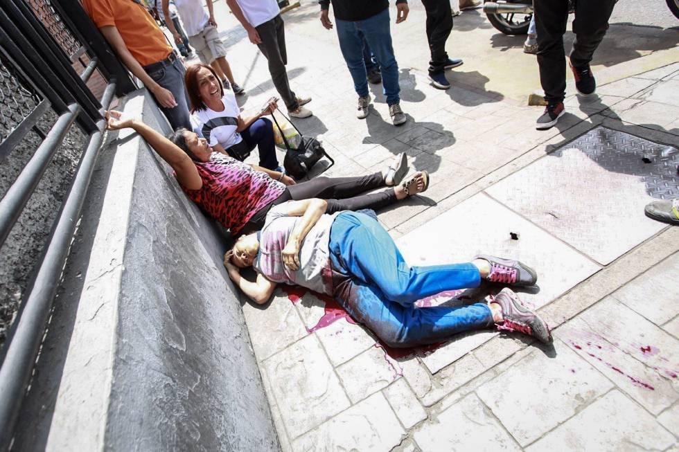 Duas mulheres feridas após um confronto em uma manifestação