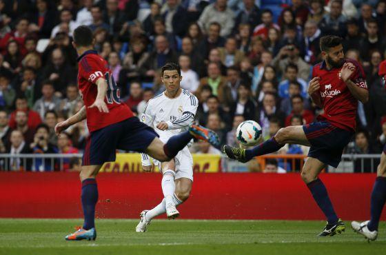 Cristiano lança para anotar o primeiro gol do Madrid, e primeiro seu, entre Cejudo y Damià