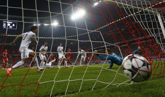 Ramos marcando um dos gols da partida.