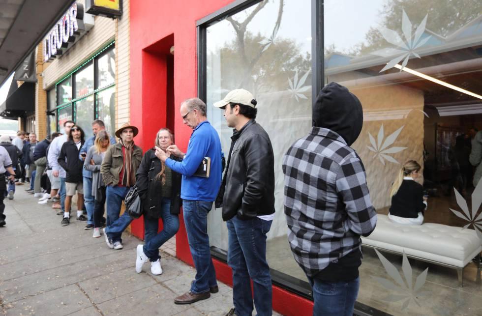 Clientes fazem fila na loja MedMen para comprar produtos de maconha recreativa na Califórnia.