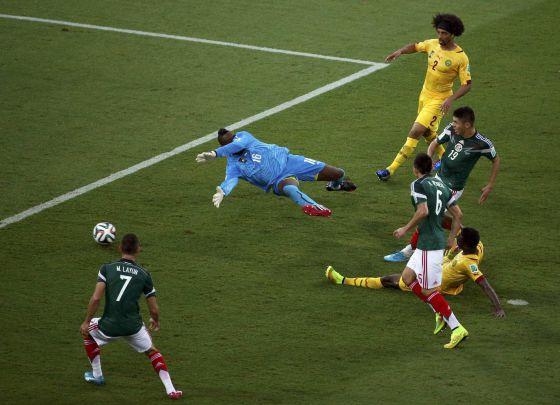 Peralta marca o gol do México.