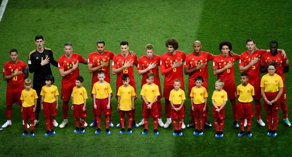 Seleção belga durante a execução do hino nacional antes do jogo contra o Brasil.
