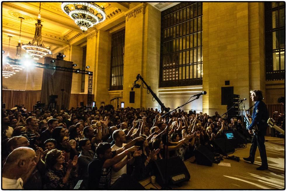 Foto do show na Grand Central Station publicada na conta oficial do Facebook de Paul McCartney.