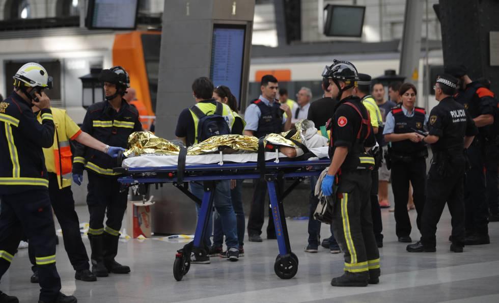 Ferido é socorrido na Estação França, em Barcelona