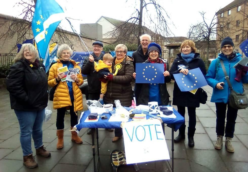 Um grupo de partidários da permanência na UE, entre eles Bill Rodger (atrás, com cabelo branco), no sábado em Edimburgo, Escócia (Reino Unido).