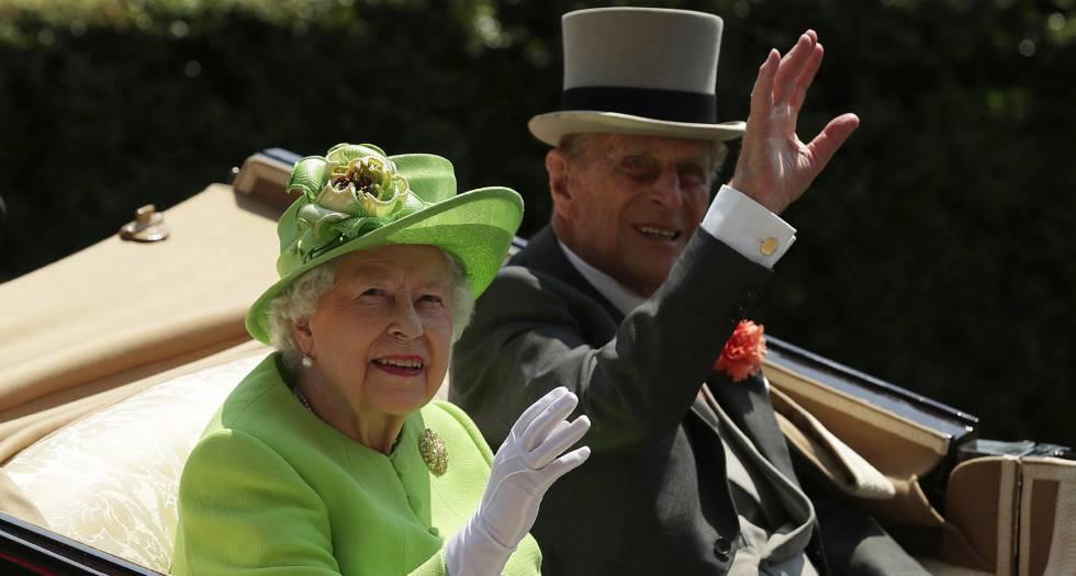 A rainha Elizabeth II e o príncipe Philip, duque de Edimburgo, em sua chegada a Ascot, na terça-feira.