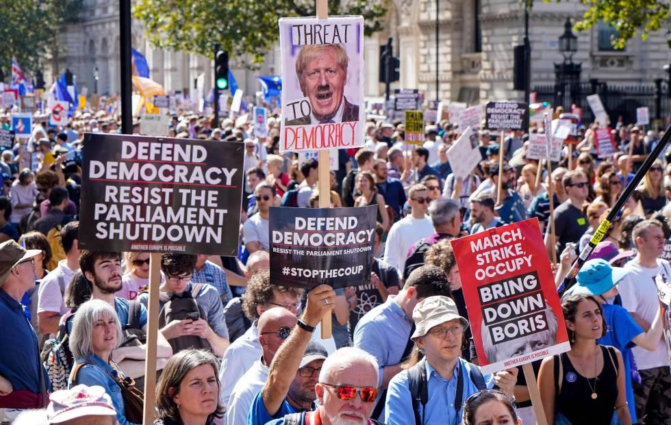 Manifestação contra o fechamento do Parlamento britânico neste sábado em Londres.