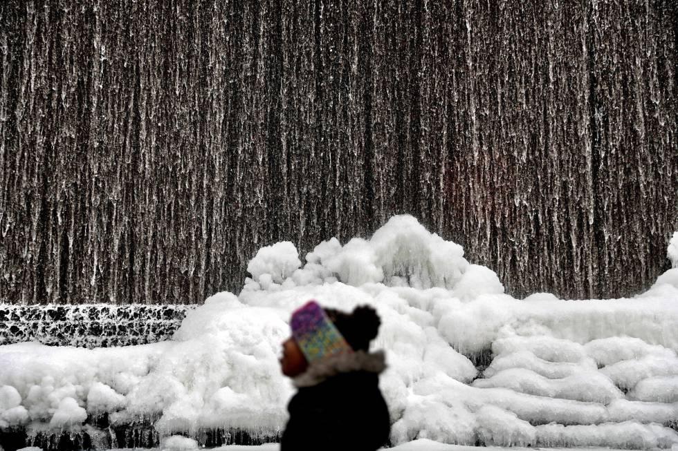 Uma fonte congelada em Atlanta, nesta quarta-feira.