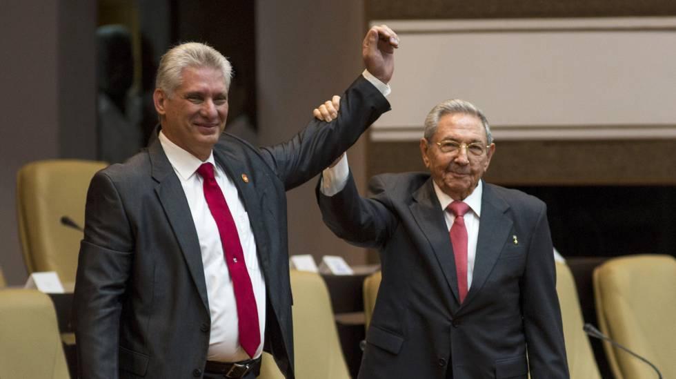 O novo presidente de Cuba, Miguel Díaz-Canel, ao lado do ex-presidente Raúl Castro, nesta quinta-feira, na Assembleia Nacional em Havana.
