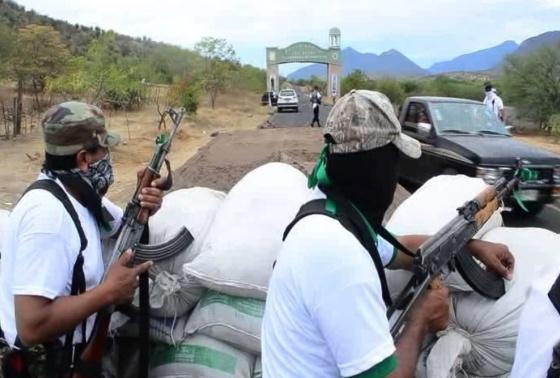 Autodefesas vigiando um acesso ao povoado de Churumuco.