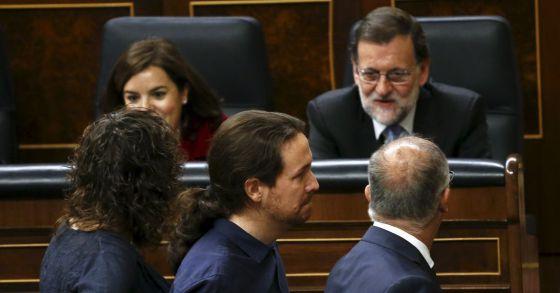 O líder de Podemos, Pablo Iglesias passa adiante de Mariano Rajoy no Congresso dos Deputados, nesta quarta-feira.