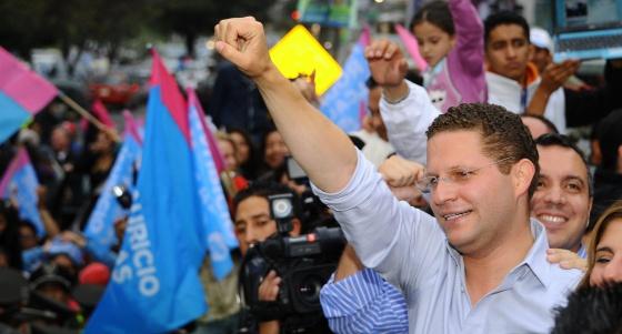 Mauricio Rodas comemora sua vitória em Quito.