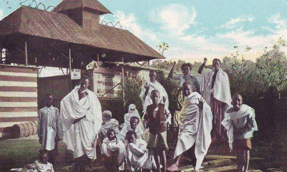 Grupo de africanos que foi exposto no início do século XX em uma das vilas construídas na Europa.