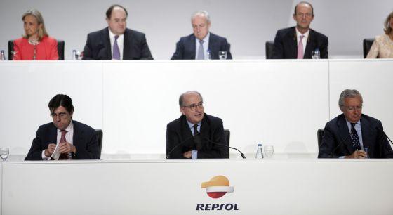 Grupo de acionistas da Repsol. Abaixo e ao centro, o presidente da petroleira, Antonio Brufau.