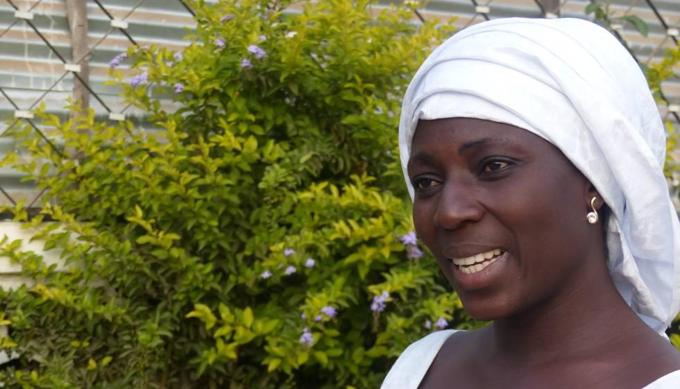 Fatoumata Jawara em sua casa, em Banjul.
