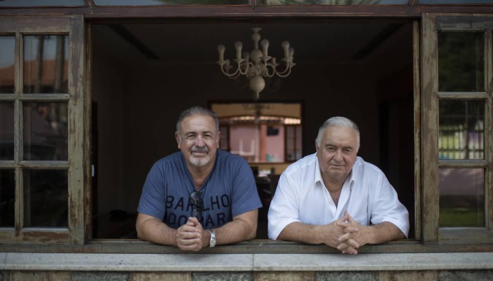 Natalino e Jerominho na janela de casa, em Campo Grande.