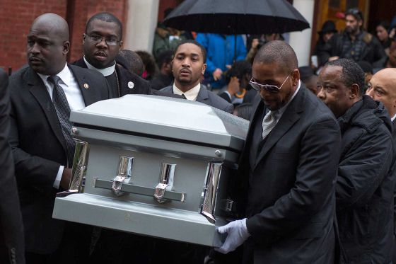 Familiares carregam o caixão de Akai Gurley.