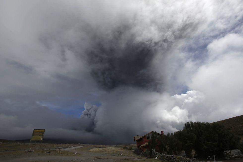 O vulcão Cotopaxi jorra cinzas e fumaça no parque nacional que está a seu ao redor.