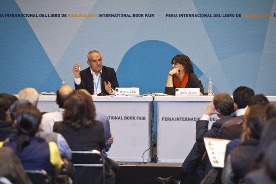 O diretor do EL PAÍS, Antonio Caño, com a diretora da rádio W, Gabriela Warkentin.
