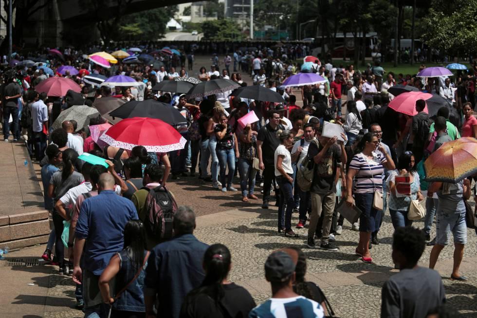 Desempregados aguardam em fila para participar de um processo de seleção em São Paulo, em 29 de março.
