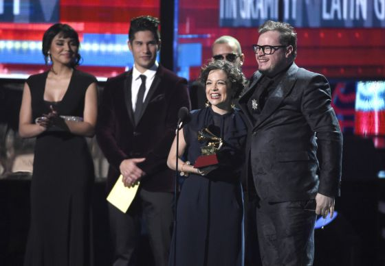 Natalia Lafourcade e Leonel Garcia com o prêmio a Canção do Ano.