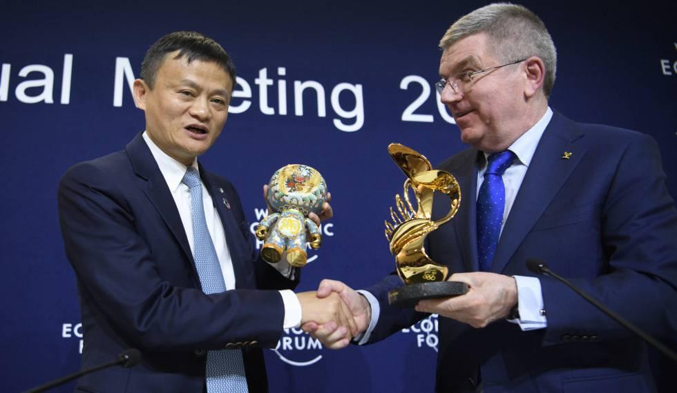 Jack Ma (e), fundador da Alibaba, e Bach (d), presidente do COI, em Davos.