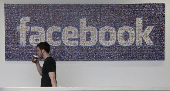 Um empregado de Facebook em sua sede de Menlo Park.