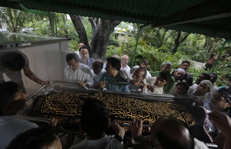 Conhecidos de uma das vítimas fatais do atentado de Dacca transportam seu corpo para o enterro, nesta segunda-feira.