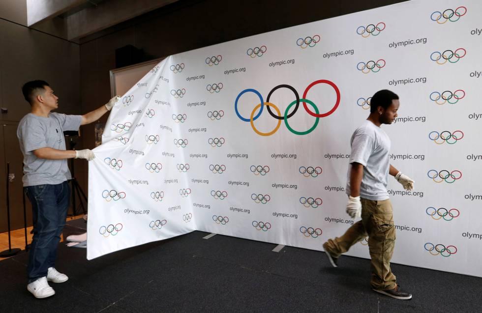 Os trabalhadores desmontam o palco da cimeira olímpica.