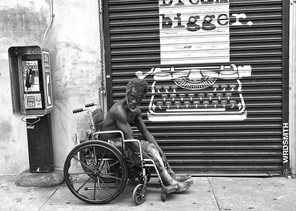 Um morador de rua em Skid Row.