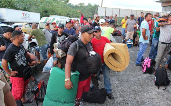 Grupo de migrantes cubanos aguarda para ser alojado em hotéis, em Paso Canoas.