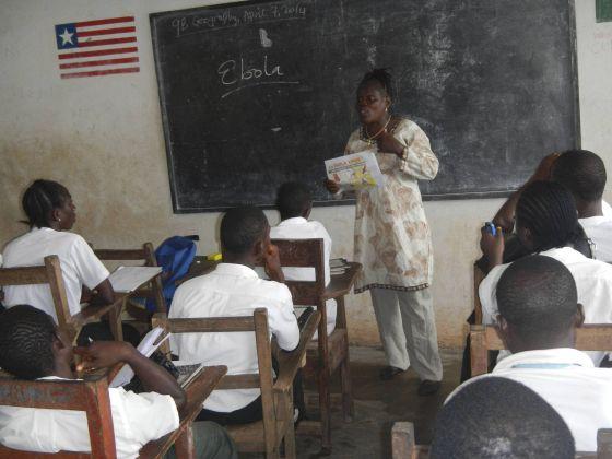 Uma professora ensina aos alunos sobre o ebola numa escola em Foya, Libéria.