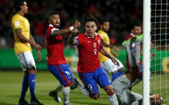 Vargas celebra o primeiro gol do Chile.