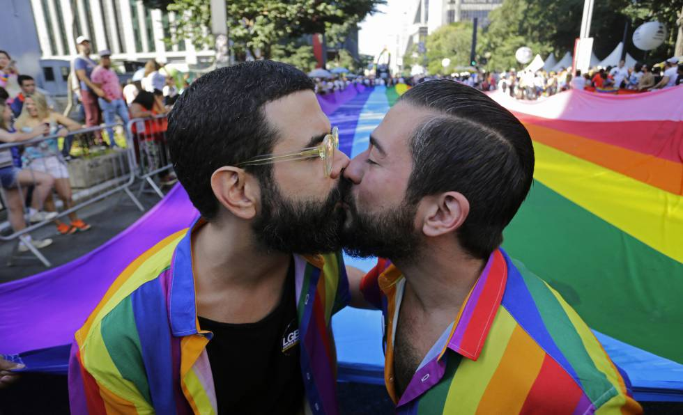 Um casal se beija na Parada do Orgulho LGBT deste domingo em São Paulo.