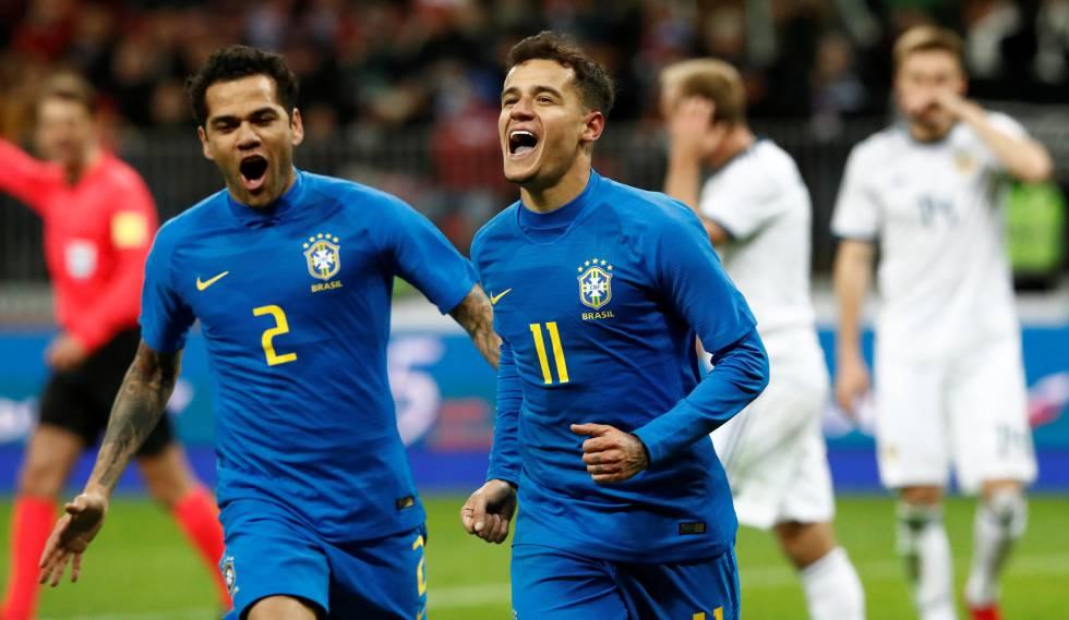 Coutinho comemora o segundo gol brasileiro com Dani Alves.