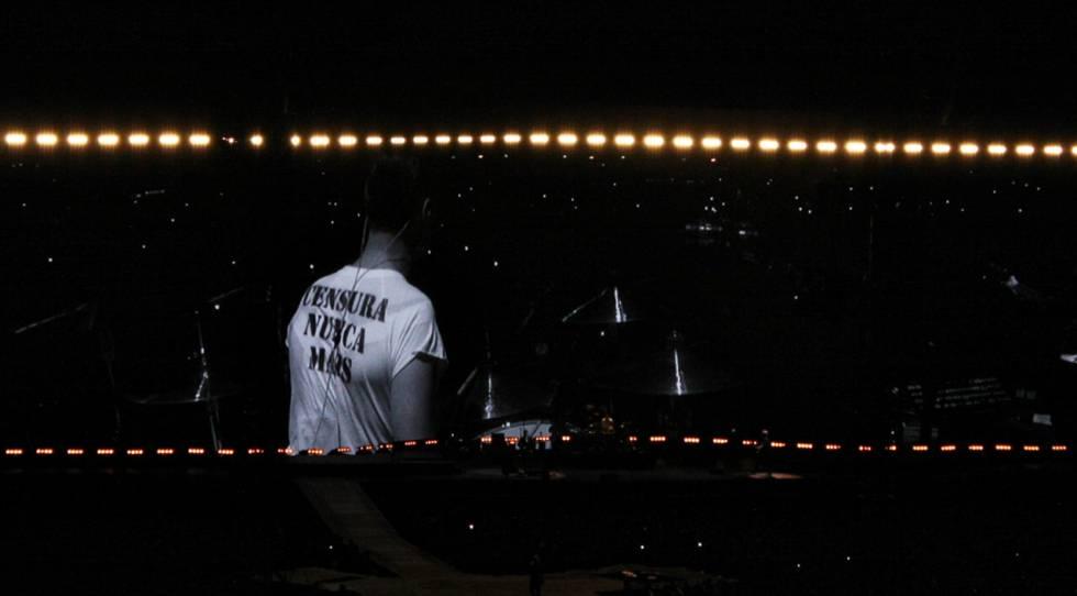 """O baterista Larry Mullen Jr., do U2, exibe a camiseta """"Censura nunca mais"""" no Morumbi, em São Paulo."""