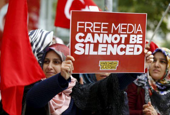 Protesto contra a intervenção policial de duas TV em Istambul.