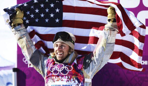 O norte-americano Sage Kotsenburg celebra a medalha de ouro na modalidade de Slopestyle.