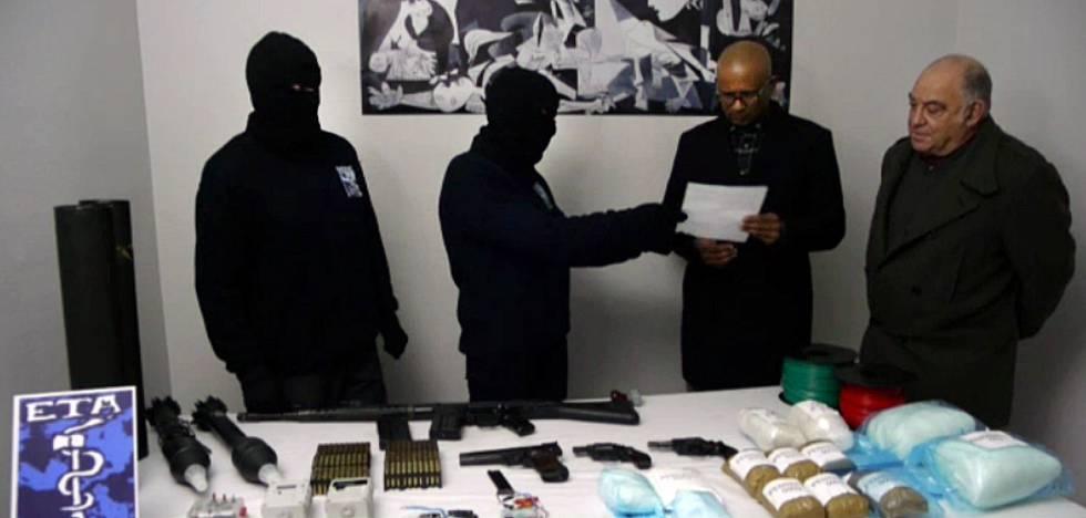 Dois encapuzados do ETA entregam o inventário de armas e explosivos a membros do grupo de verificação, em fevereiro de 2014.