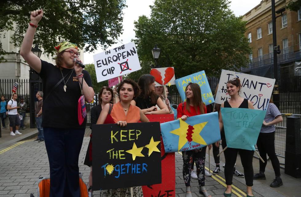 Pequeno grupo de jovens protestam contra a saída do Reino Unido da UE.