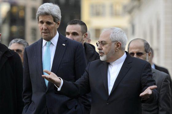 Mohammad Javad Zarif passeia pelo centro de Genebra com John Kerry, em 14 de janeiro passado