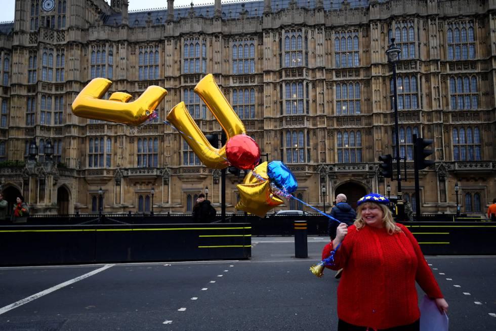 Uma manifestante contrária ao Brexit, em frente ao Parlamento de Reino Unido, nesta terça-feira.