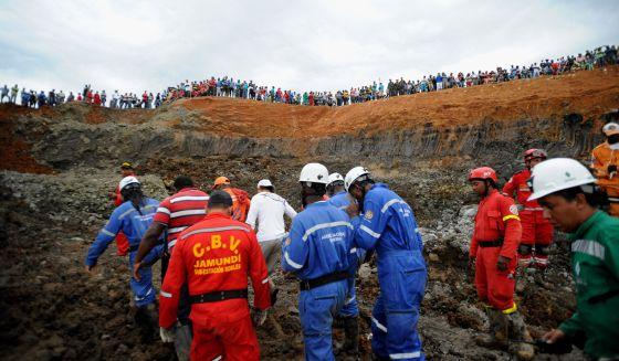 Equipes de resgate na mina de Santander de Quilichao na quinta-feira.