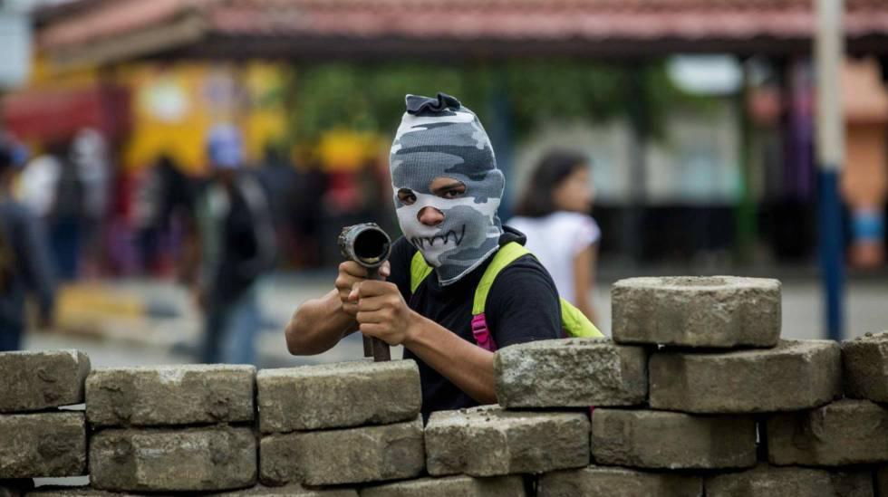 Um jovem em uma barricada na cidade de Masaya, Nicarágua.
