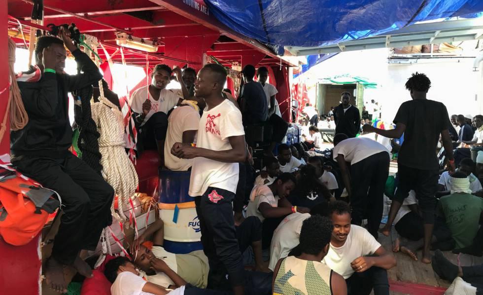 Migrantes a bordo do Open Arms.