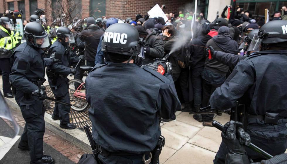 Polícia joga spray de pimenta em manifestantes contrários a Trump em Washington.